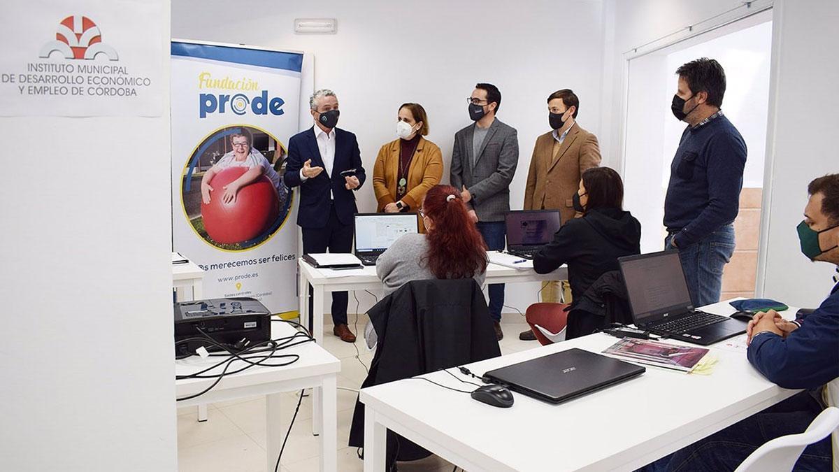 Blanca Torrent visita el centro de formación profesional de Prode.
