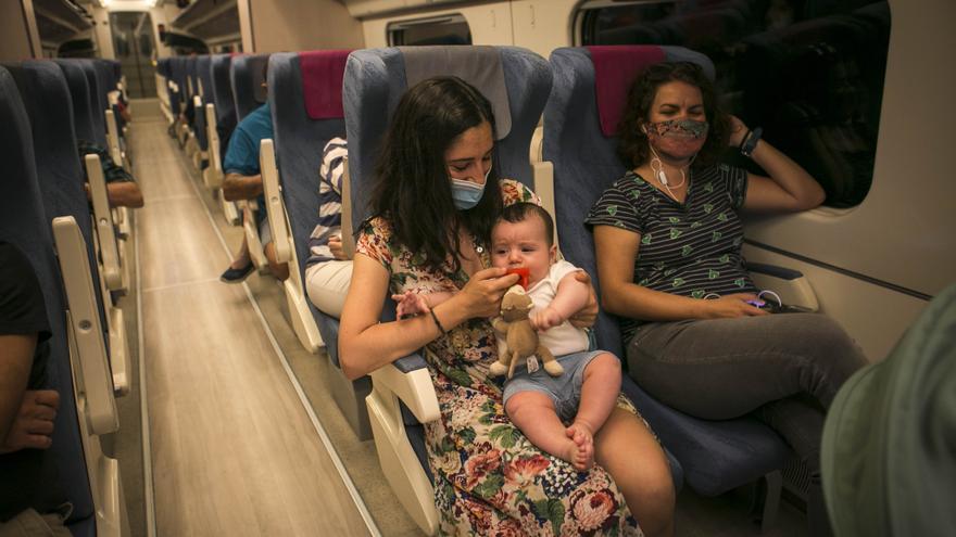 Teo y su madre en el AVE Madrid-Segovia-Valladolid de este primer domingo en el que se permite la movilidad entre provincias