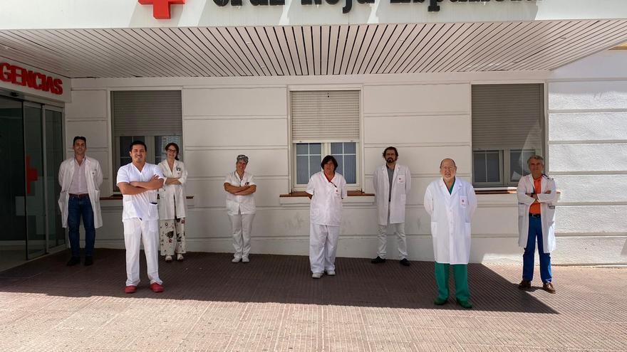 Profesionales de la unidad, a las puertas del hospital.