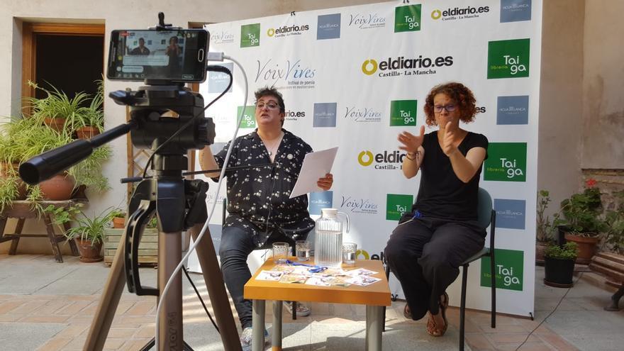 Txus García recita acompañada de Virginia Hernández, intérprete de lengua de signos