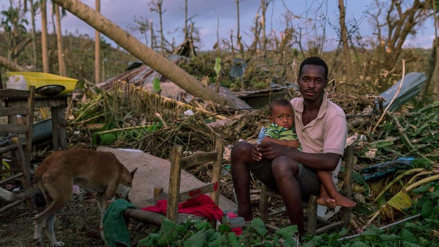 Un hombre y su hijo permanecen sentados en una zona devastada por el huracán Matthew cerca de Port Salut, al suroeste de Haití. El pasado 4 de octubre, el huracán devastó gran parte del país. Tres meses después, aún hay pueblos remotos que no han recibido ayuda y el riesgo de cólera es latente. Falta comida, agua potable y refugios: en definitiva, urge más compromiso internacional para ayudar a Haití. © Andrew McConnell/Panos Pictures