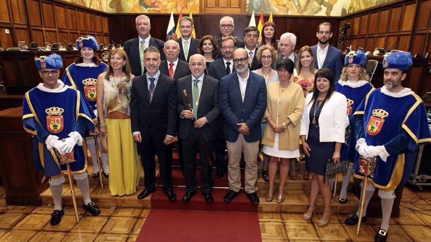 Foto de familia del nuevo presidente del Cabildo de Gran Canaria, Antonio Morales junto a los consejeros de la nueva corporación tras su constitución hoy. EFE/Elvira Urquijo A.