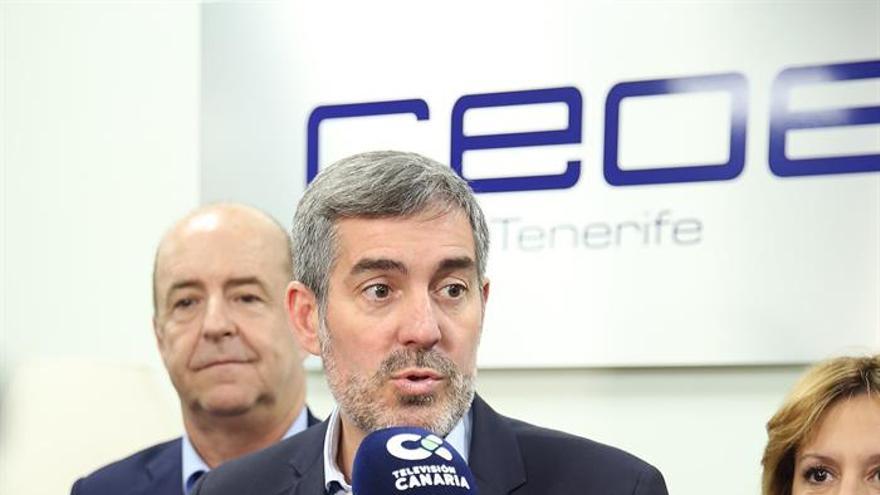El candidato de CC a la Presidencia del Gobierno de Canarias, Fernando Clavijo, acompañado de la número uno al Parlamento de Canarias por Tenerife, Rosa Dávila, y de Pedro Ortega, consejero de Economía, en la sede de la CEOE de Tenerife. (EFE/ Cristóbal García)