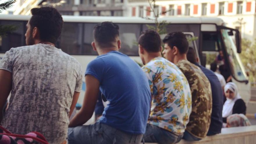 Jóvenes esperando en Atenas (Grecia).