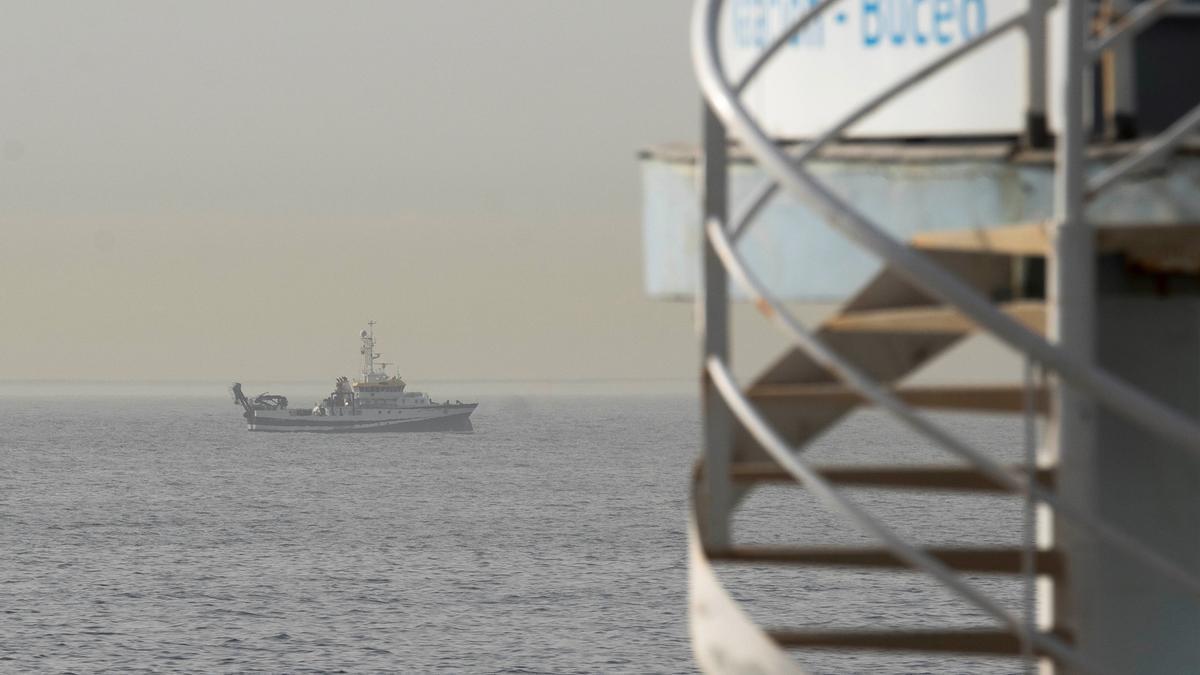 El buque del Instituto Español de Oceanografía (IEO) Ángeles Alvariño durante el rastreo. EFE/Miguel Barreto