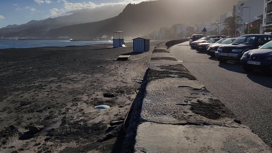 La 'riada' marina provocada por el oleaje del martes ha desplazado unos 30 metros los vestuarios situados en zona norte de la playa.