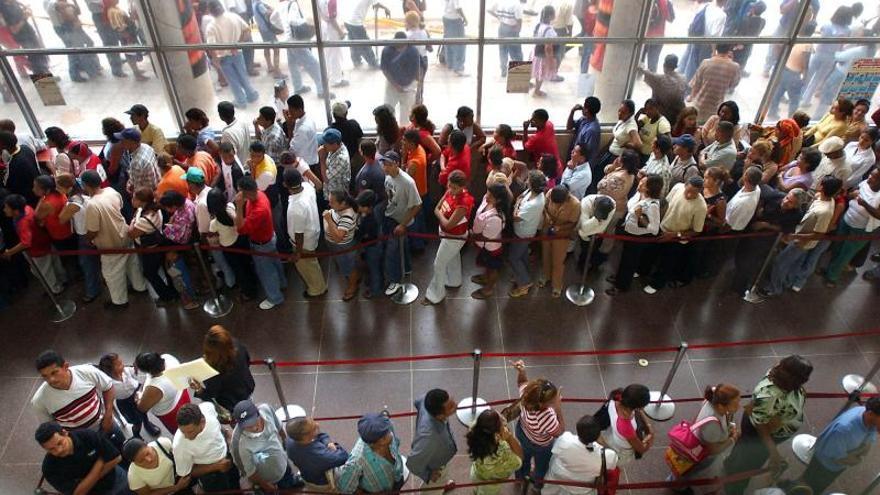 Ente electoral panameño suspende cedulación juvenil ante caos es sus oficinas