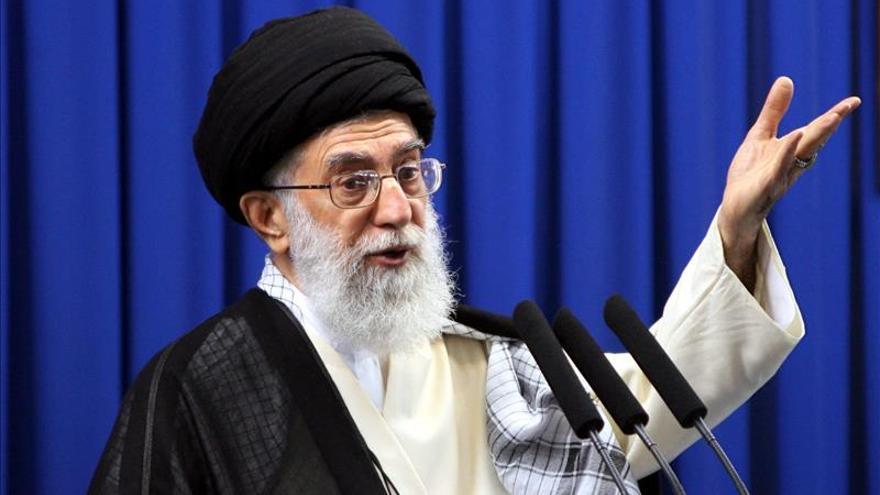 Jameneí descarta cualquier aproximación a EEUU pese al acuerdo nuclear