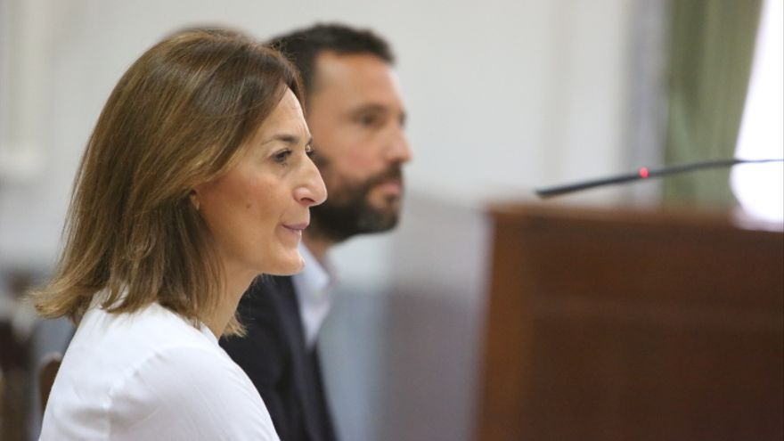 La presidenta del PP de Fuerteventura Águeda Montelongo declarando por el caso Patronato. Al fondo, José Luis Cabrera Bonny, exgerente del Patronato (ALEJANDRO RAMOS)
