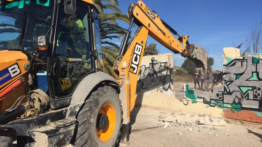 La excavadora finaliza la apertura de la parcela del futuro jardín