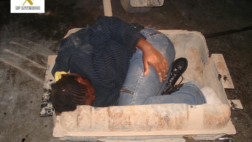 Una mujer, en el depósito de combustible   Foto: G.C.