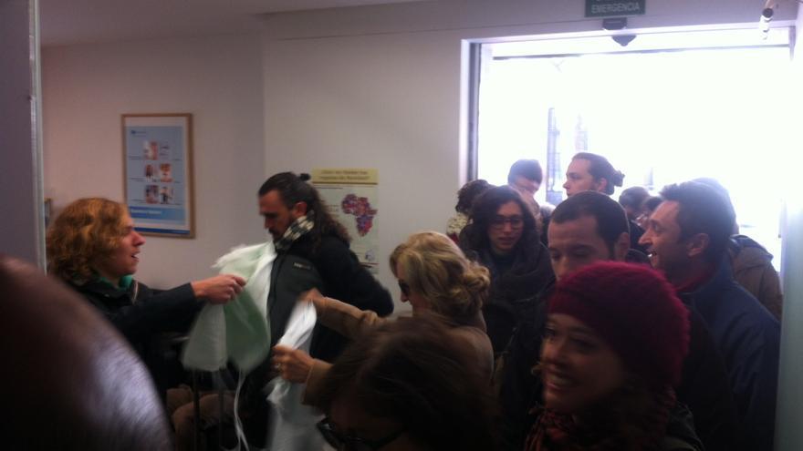 Grupo de activistas entra en la sede de Capio, en Madrid (Héctor Juanatey)