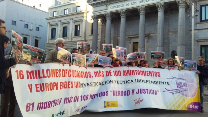 Concentración de víctimas de Angrois ante el Congreso durante la comparecencia del ministro Ábalos