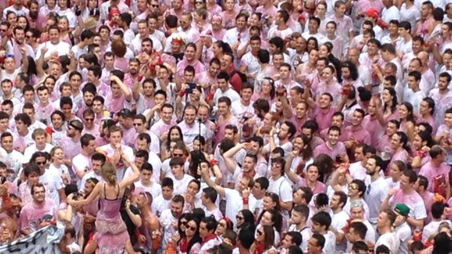 Un momento del txupinazo, instante en el que se ven a más chicas manoseadas por la multitud.