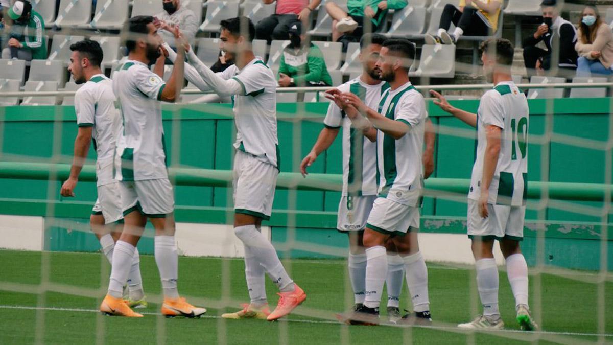 Los jugadores del Córdoba B celebran un gol ante el Rota.