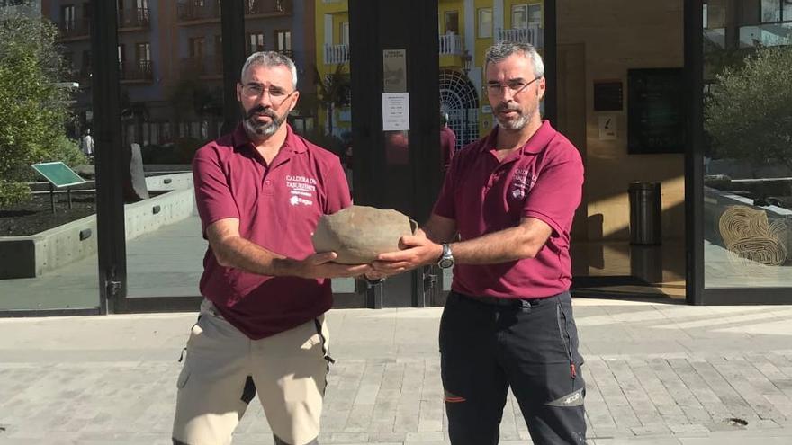 Los hermanos Valentín y Santiago Rodríguez Capote muestran la vasija.