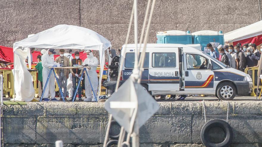 Varios inmigrantes son atendidos por personal sanitario en el Muelle de Arguineguín, en Gran Canaria