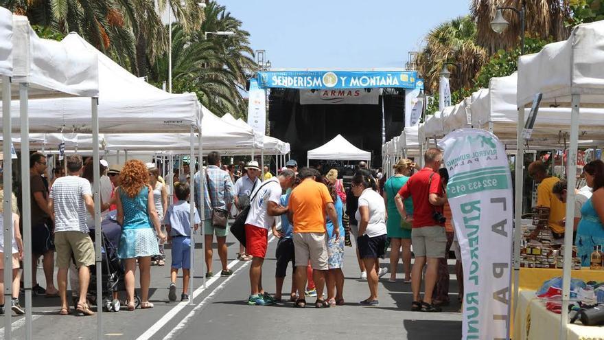En la imagen, recinto de la feria del Festival de Senderismo acondicionado el pasado fin de semana en la Avenida Marítima de Santa Cruz de La Palma.