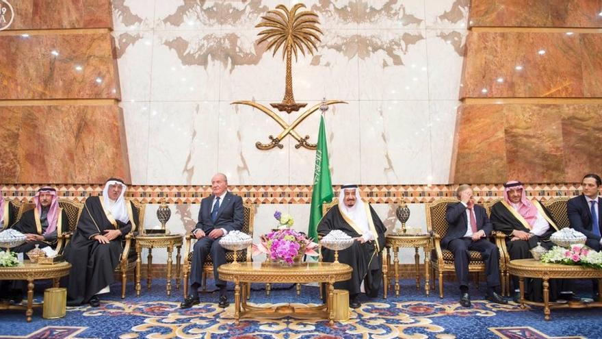 Arabia Saudí recibe con todos los honores al rey Juan Carlos