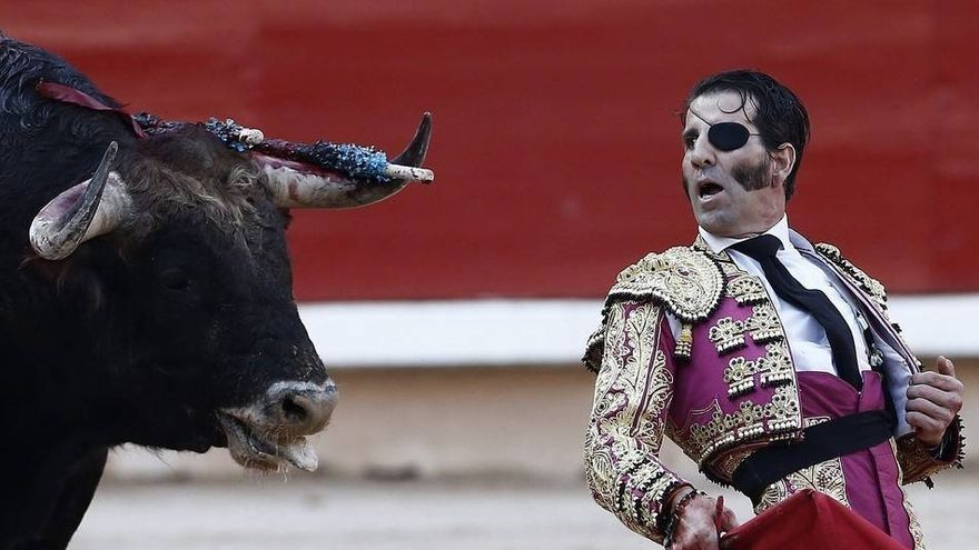 Juan José Padilla torturando a un toro. Foto: EFE