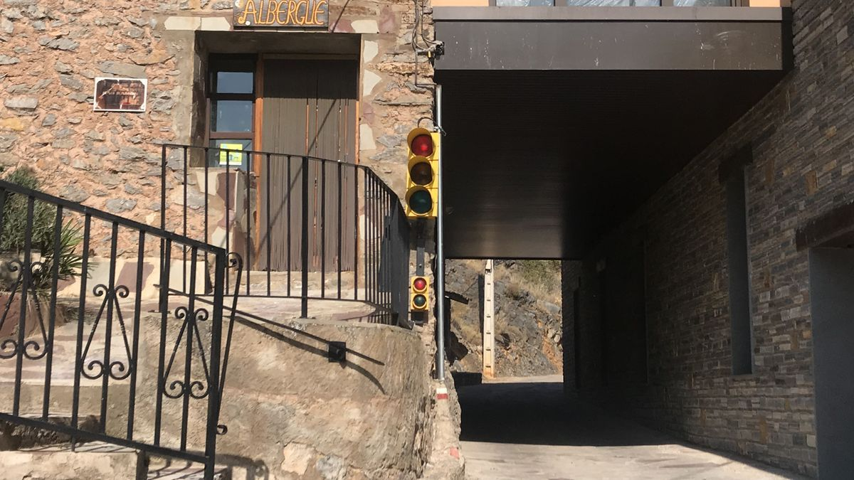 Semáforo a la entrada de Purujosa.
