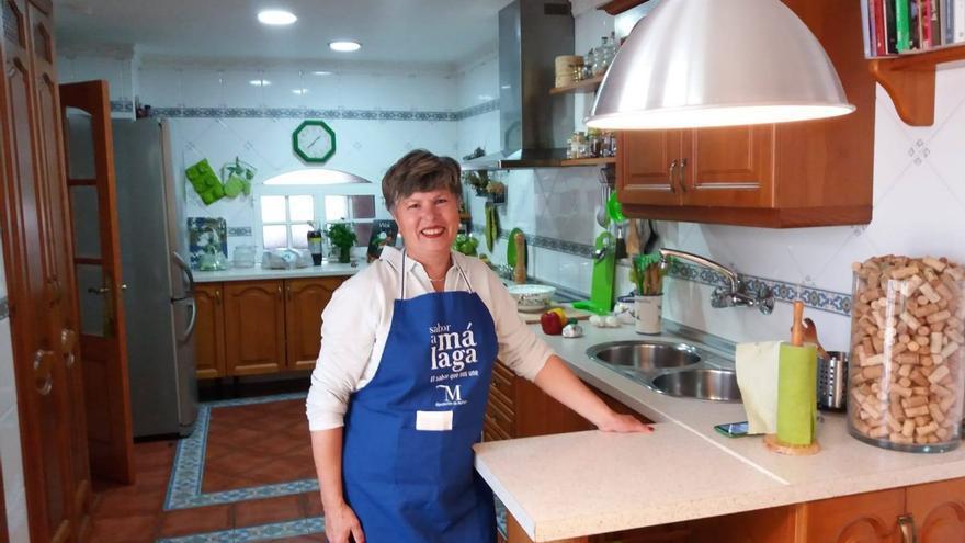 En la cocina de de su casa, Toñi Sánchez ha preparado más de 1.500 recetas que aparecen en su blog.
