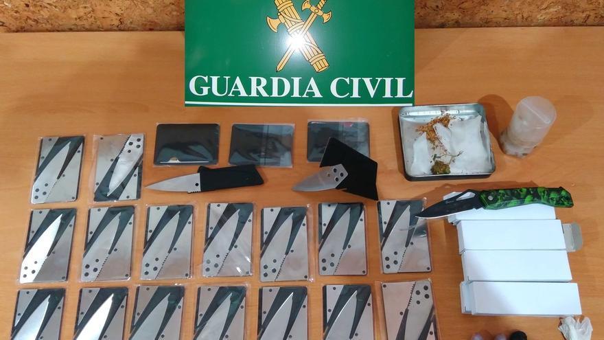 Detenido un hombre en Santoña con 33 armas blancas simuladas en tarjetas o carteras