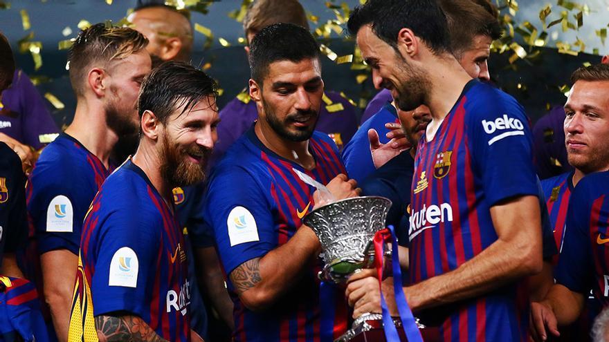 Leo Messi, Luis Suárez y Sergio Busquets tras ganar la Supercopa de España
