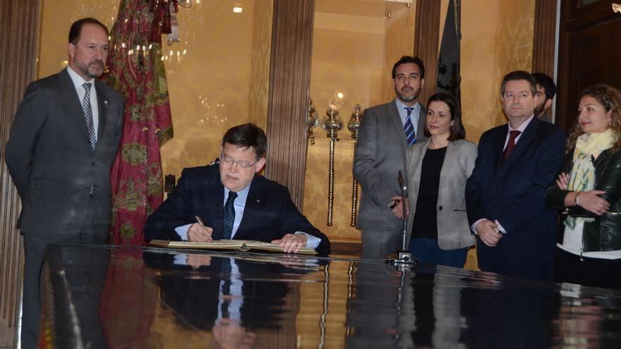 Ximo Puig firma en el libro de honor de Orihuela