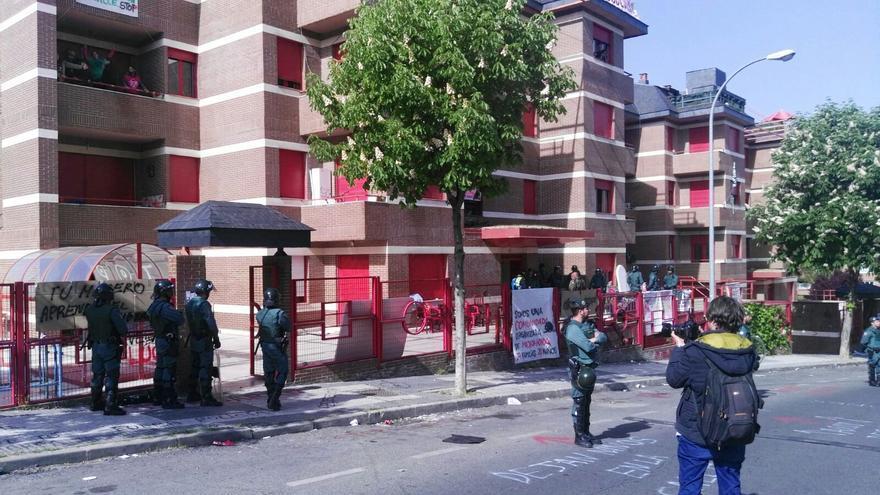 Los alrededores de los dos inmuebles desalojados en Majadahonda, tomados por la Guardia Civil. / PAH Parla