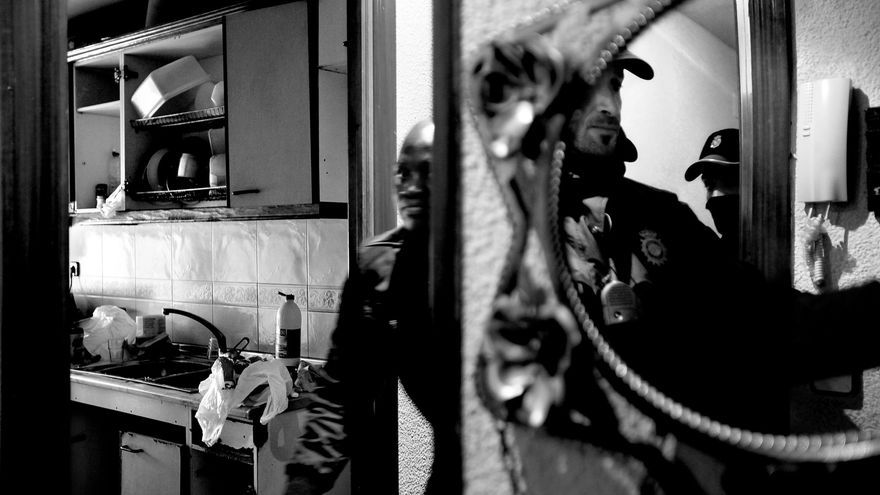 La policía irrume en el piso de Antonio Tomás para desahuciarle (Olmo Calvo).