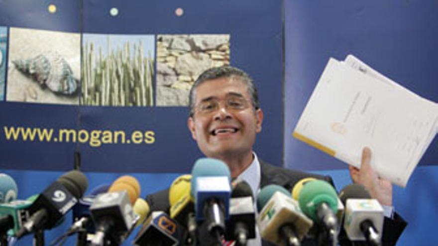 Francisco González (PP) blande un expediente municipal en la rueda de prensa posterior a su detención en enero de 2007. (QUIQUE CURBELO)