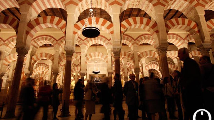 Un grupo de turistas, en el interior de la Mezquita Catedral   MADERO CUBERO