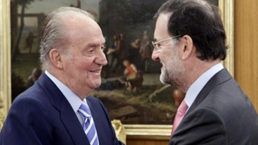 El Rey saluda a Rajoy en el Consejo de Ministros Deliberante