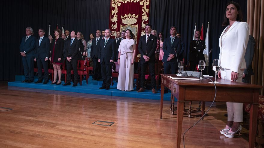 Gema Igual (PP) escucha el himno de España tras ser proclamada alcaldesa de Santander. | JOAQUÍN GÓMEZ SASTRE