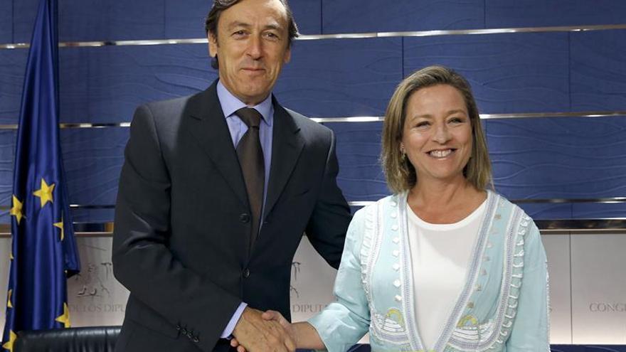 Los portavoces parlamentarios del Partido Popular y de Coalición Canaria, Rafael Hernando y Ana Oramas. EFE/Chema Moya