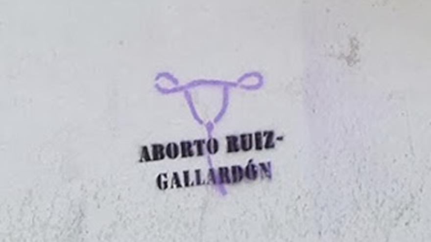 Aparecen pintadas a favor del aborto en la casa que Ruiz-Gallardón tiene en Nerja