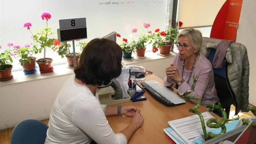 Dos mujeres en una oficina del Servef