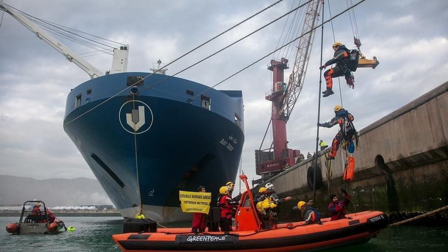 Liberados nueve activistas que habían sido detenidos tras la protesta de Greenpeace en el Puerto de Bilbao