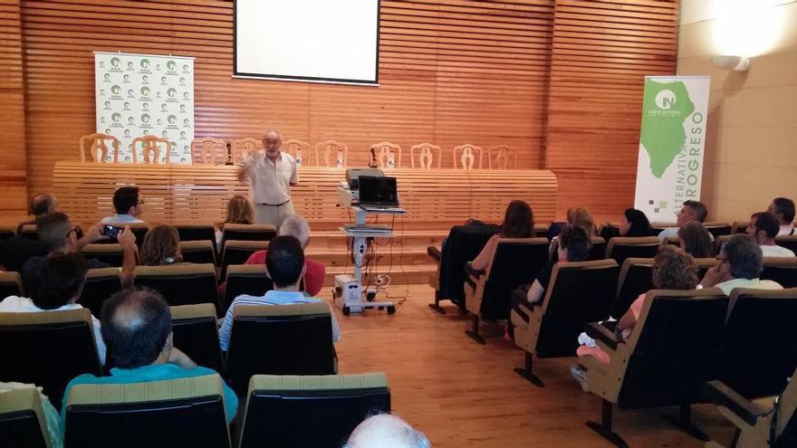 Antonio González Viétez, en un momento del debate celebrado este jueves en el salón de actos de la Comunidad de Regantes de San Andrés y Sauces.