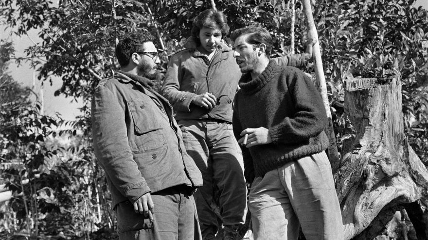 Enrique Meneses, junto a Fidel Castro. En el centro, Raúl Castro