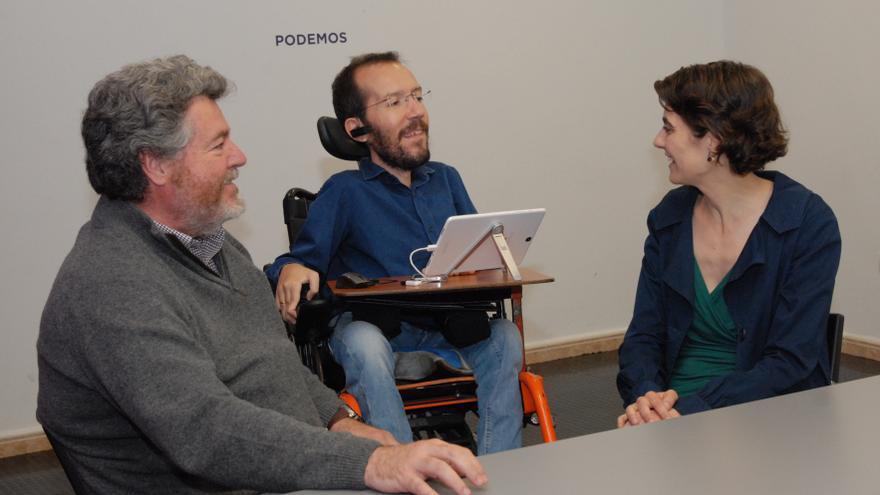 Juan López de Uralde y Rosa Martínez con el secretario de Organización de Podemos, Pablo Echenique. / Foto cedida por Equo