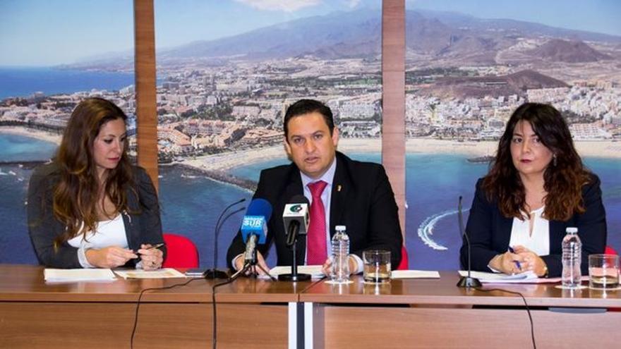 José Julián Mena, alcalde de Arona, y Raquel García (derecha), concejala de Hacienda