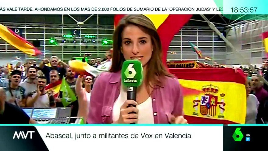 Ángela Vera, durante su conexión con 'Más vale tarde' desde el mítin de Vox