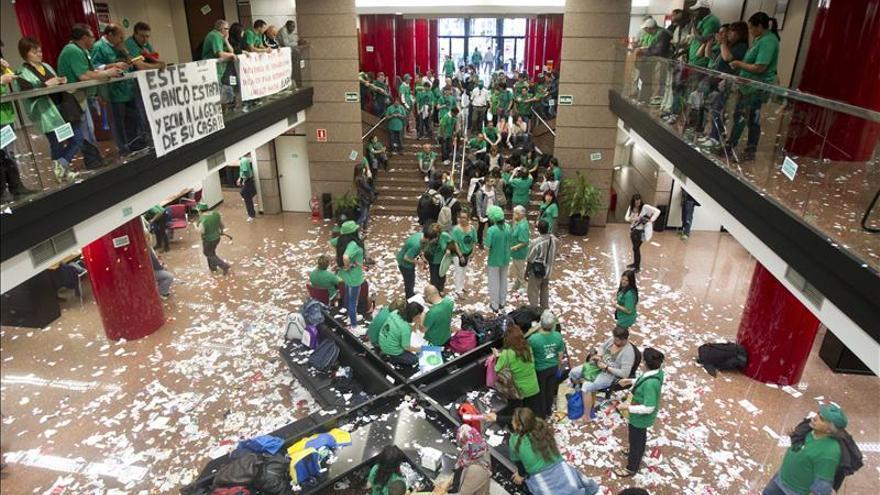Decenas de miembros de la PAH ocupan la sede del Banco Popular en Barcelona