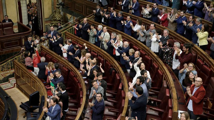 Los diputados socialistas y los de Unidos Podemos, tras la moción de censura contra Rajoy.