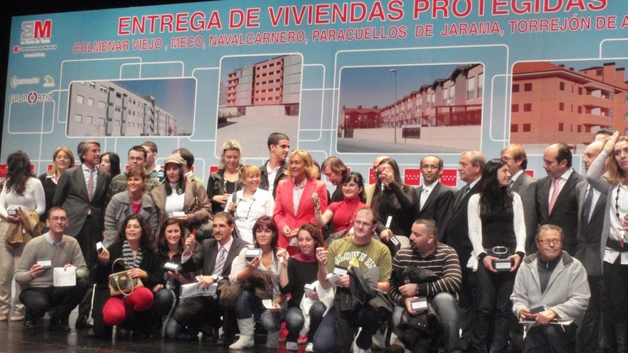 Entrega de llaves del Plan Vivienda Protegida con la ex consejera Mariño el alcalde de Torrejón, Rollán /Madrid.org.