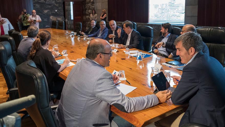Reunión de la Fecai, que actualmente  preside el titular del Cabildo de La Palma, Anselmo Pestana, con el presidente del Gobierno de Canarias, Fernando Clavijo.