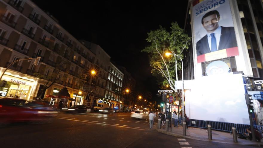 Vista del exterior de la sede del PP en Madrid, donde se sigue el recuento de los votos de las elecciones de este domingo