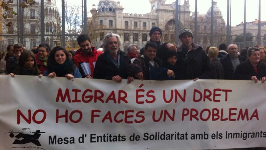 La Mesa d'Entitats de Solidaritat amb els Immigrants durante la concentración en Valencia